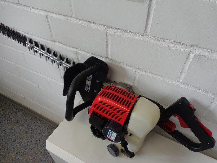 Hochleistungschneidwerk mit 3-seitigem-Laserschliff + geeignet für alle Arten von Hecken + Gegenhalter auf der Messereinheit erlauben in Kombination mit Messern mit Frontschneiden auch das schneiden von stärkerem Holz