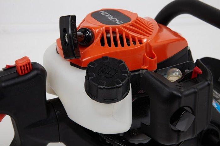 60% weniger Kraftaufwand - die moderne Hitachi-Motortechnik erlaubt das mühelose Starten der Hitachi Motorgeräte. PureFire Modelle erreichen bis zu 70% weniger Abgase, bis zu 30% weniger Kraftstoffverbrauch und über 50% weniger Kohlenmonoxydausstoß. PureFire Modelle sind umweltfreundlich und schadstoffarm und daher für längere Arbeitseinsätze bestens geeignet.