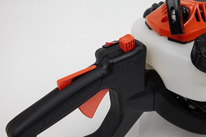 Der um 180° drehbare Handgriff ermöglicht Ihnen sowohl beim senkrechten als auch beim waagerechten Heckenschnitt eine nahezu ermüdungsfreie Arbeitshaltung.