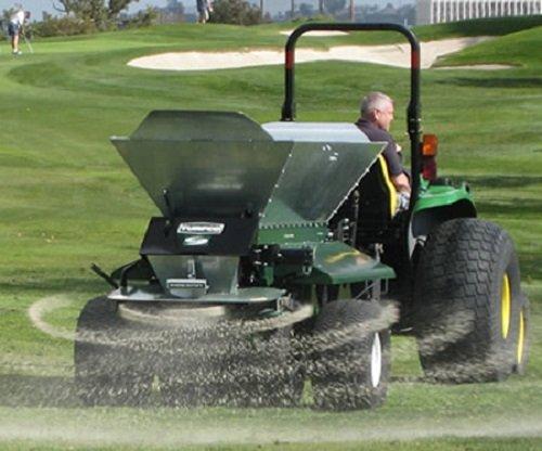Golfplatztechnik:                     Turfco - CR-7 gezogener Besander