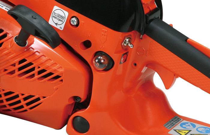 Choke mit automatischer Drehzahlerhöhung - Sobald der Choke beim Kaltstart gezogen wird, erhöht sich automatisch die Leerlaufdrehzahl. Damit lässt sich das Gerät leichter starten. (Abb. ähnlich)