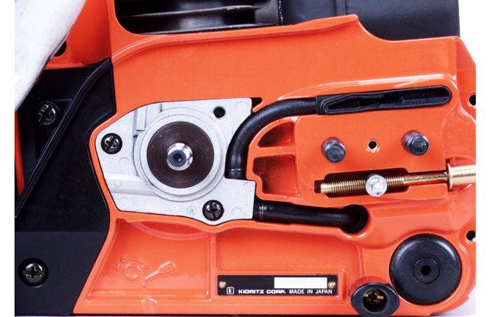 automatische Ölschmierung -  Durch das ECHO-Ölschmierungssystem wird die Kette nur bei laufendem Motor und laufender Kette geschmiert. Der Ölverbrauch sinkt dadurch deutlich. (Abb. ähnlich)