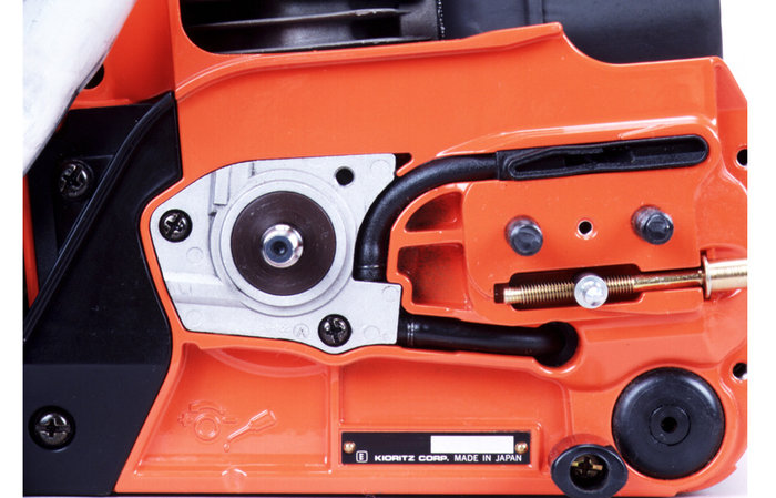 automatische Ölschmierung  Durch das ECHO-Ölschmierungssystem wird die Kette nur bei laufendem Motor und laufender Kette geschmiert. Der Ölverbrauch sinkt dadurch deutlich. (Abb. ähnlich)