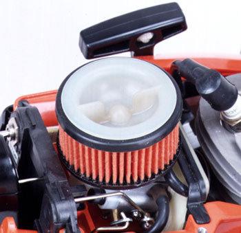 Sauber  muss die Luft sein, damit eine lange Lebensdauer des Motors gewährleistet werden kann. Der über der Maschine stehende Fächer- Luftfilter hat eine sehr große Filterfläche.  Durch die stehende Anordnung bleiben eventuell angesaugte Sägespäne oder andere grobe Verschmutzungen nicht daran kleben -leicht zu reinigen.