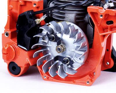 Cool  bleibt der leistungsstarke Motor, da er von einem mit großen Fächern ausgestatten Polrad mit Luft gekühlt wird.