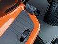Hydrostat mit Fußbedienung Einfache Geschwindigkeits- und Richtungssteuerung mittels hydrostatischem Getriebe mit Fußbedienung. Separate Pedale zum Vorwärts- und Rückwärtsfahren.