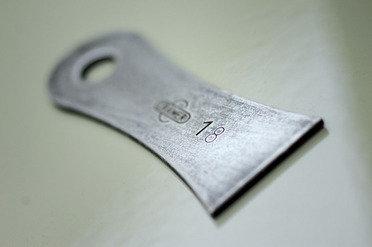 Die Messerklingen werden aus der Speziallegierung C60 hergestellt. Dieses Material wird an der Oberfläche gehärtet. Durch dieses Verfahren ist die Außenschicht hart, also abriebfest und der Kern zäh wodurch eine sehr hohe Bruchfestigkeit entsteht.