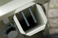 Aststutzen: Zwei verschraubte Stifte sichern den seitlichen Aststutzen gegen unabsichtliches Hineingreifen.