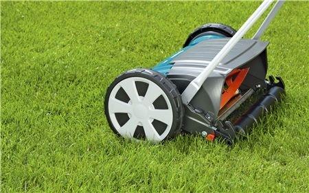 Komfortabel  Der Comfort Spindelmäher 400 C ist mit einem zusätzlichen Deflektor ausgestattet. Dieser verhindert das unkontrollierte Hochfliegen geschnittener Grashalme.