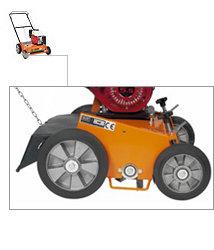 Arbeitskomfort bedeutet, dass man seine Arbeit mit einer minimalen Anstrengung erledigen kann. In diesem Punkt verwöhnt ELIET die Anwender seines E501 Pro. Grosse Räder, mit Felgen aus Leichtaluminium und einer Lauffläche aus geschmeidigem Naturgummi sorgen dafür, dass diese Maschine beinahe wie von selbst über den Rasen rollt. Jedes Rad ist mit zwei grossen Kugellagern ausgestattet. Diese strapazierfähigen Räder sind beständig gegen die staubigen Arbeitsbedingungen, unter denen diese Maschine stets arbeiten muss. Die breite Lauffläche der Räder verringert das Risiko der Bildung von Spurrillen bei nassem Rasen.