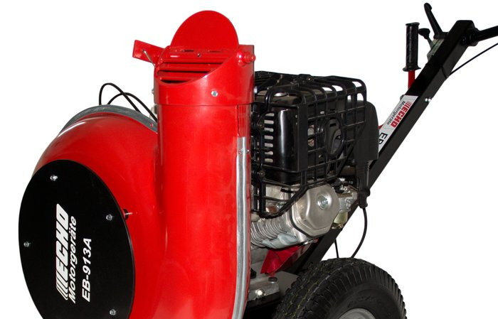 verstellbarer Luftstrom -  Bei Bedarf kann der Luftstrom auch in verschiedenen Winkeln nach oben gestellt werden. Somit lässt sich Laub, Unrat und Schnee auch von Bäumen oder Büschen blasen.