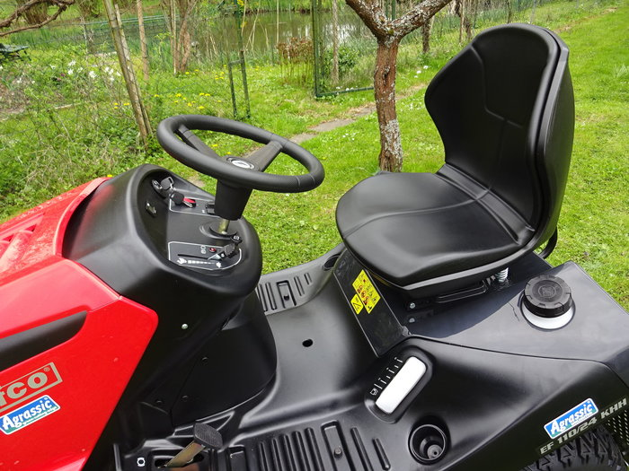 Profi Cockpit 1 - Komfortsitz, klasse Ergonomie, hochwertige Bedienung für komfaortabel-intuitive Steuerung und Bedienung = So kann sich der Fahrer über Souveränität und entspanntes Arbeiten mit bestem Fahr- und Bedienungskomfort freuen !* Der komfortable Fahrerplatz zeichnet sich durch ergonomisch angeordnete und intuitiv zu betätigende Bedienelemente sowie durch einen ergonomisch geformten Sitz mit extrahoher und besonders rückenschonend geformter Rückenlehne aus, um selbst stundenlange Arbeit so angenehm und entspannend wie möglich zu gestalten.