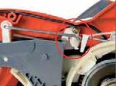 Die eingebaute mechanische Ausrastvorrichtug des Gassteuerstabs rückt beim Loslassen des Gashebels den Antrieb aus und leitet den Kettenstopp innerhalb von wenigen Zehntelsekunden ein