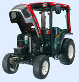Die Motorhaube lässt sich ohne Werkzeuge vollständig öffnen. Das erleichtert den Zugang zum Motor.