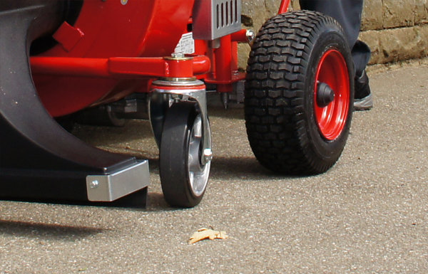 verschleissfreie Räder -  Die beiden neuen Spezial-Elastik-Vollgummiräder mit Alu-Felge verkraften auch größere Bordsteinrempler ohne Beschädigungen. Durch die schmale Bauweise der Räder wird eine hervorragende Manövrierfähigkeit des Kehrsauggeräts gewährleistet.