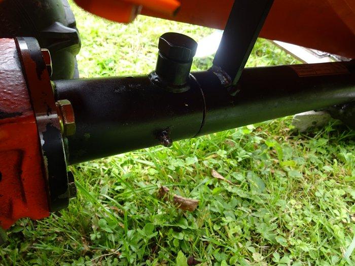 Entscheidend für lange Haltbarkeit - Mähbalkenaufnahme Professioneller Geräteanschluss am Getriebe mit Schmiernippel abschmierbar + solide in großer Dimensionierung damit die Mähbalkenaufhängung nicht wie bei so vielen anderen zum Rüttel- und Rappel-Desaster wird