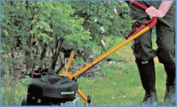 Klippo-Griffverstellung  Jeder, der beim Mähen schon einmal einen Ast ins Gesicht bekommen hat, weiß, wovon wir sprechen.  Der Griff von Klippo Rasenmähern lässt sich mit einem Handgriff seitlich abwinkeln, sodass Sie problemlos an Hecken, Bäumen und Büschen entlang mähen können.