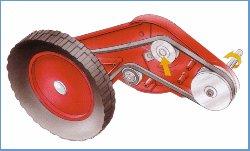 Klippo-Radantrieb  Klippo´s einzigartiges Vorderradantriebssystem besteht aus einem Keilriemen, der von der Kurbelwelle zum Winkelgetriebe geht und so die Kraft auf das Vorderrad überträgt. Das Winkelgetriebe ist mit einer doppelten Lagerung ausgestattet. Der Keilriemen für den Antrieb läuft über eine kugelgelagerte Spannrolle, deren Aufgabe es ist, den Riemen zu spannen. Klippo Radantrieb .  Sämtliche Kugellager bestehen aus Metall und sind ´beidseitig geschlossen sowie wartungsfrei. Das Winkelgetriebe ist aus Aluminium und das Getriebegehäuse aus glasfaserverstärktem Polyamid.