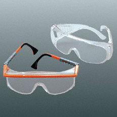 Schutzbrille: Zu Ihrer Sicherheit dient die serienmäßie Schutzbrille. Die Brillen sind gut hinterlüftet und verfügen über einen breiten Seitenschutz.(Abb. ähnlich).