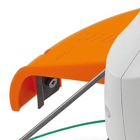 Werkzeugschutz  Die Abdeckung zur Arbeitssicherung und zum Schutz des Mähkopfes ist über zwei Schrauben schnell montiert.