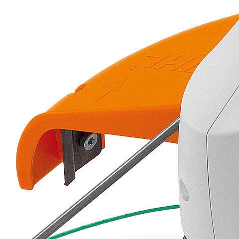 Werkzeugschutz  Die Abdeckung zur Arbeitssicherung und zum Schutz des Mähkopfes bzw. Grasschneideblattes ist über eine Schrauben schnell montiert.
