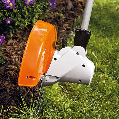 Mähkopf schwenkbar  Zum Trimmen und Kanten schneiden an schwer zugänglichen Stellen - wie unter Büschen oder Hecken - kann der Mähkopf geschwenkt werden.