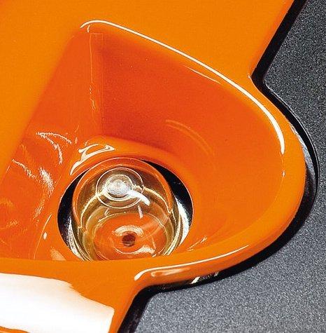 Manuelle Kraftstoffpumpe  Mit der manuellen Kraftstoffpumpe lässt sich auf Daumendruck Kraftstoff in den Vergaser fördern. Dadurch wird nach einer längeren Betriebspause der Maschine die Zahl der Anwerfzüge reduziert. (Abb. ähnlich)