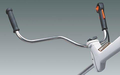 Werkzeuglose Griffeinstellung  Der ergonomische Mählenker lässt sich mit Hilfe eine Knebelschraube werkzeuglos individuell für den jeweiligen Anwender einstellen (Abb. zeigt Freischneidegerät).