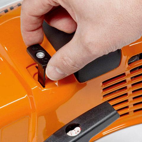STIHL 4-Punkt-Antivibrationssystem  Bei STIHL Freischneidern reduzieren Stahlfedern als Antivibrationselemente die Übertragung von Schwingungen, die durch Motor und rotierendes Schneidwerkzeug entstehen. Die Griffe sind dadurch äußerst vibrationsarm und die Geräte lassen sich gut führen. (Abb. ähnlich)