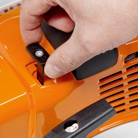 Die Umstellung von Sommer- auf Winterbetrieb erfolgt schnell und einfach mittels Schieber. In der Winterstellung wird das Vereisen von Luftfilter und Vergaser verhindert. (Abb. ähnlich)