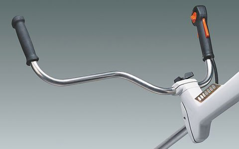 Der ergonomische Mählenker lässt sich mit Hilfe eine Knebelschraube werkzeuglos individuell für den jeweiligen Anwender einstellen (Abb. zeigt Freischneidegerät).