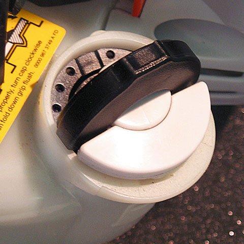 Der patentierte Spezialverschluss für den Kraftstofftank. Die Tanks der damit ausgestatteten Motorgeräte lassen sich schnell, ohne großen Kraftaufwand und ohne Werkzeug öffnen und wieder verschliessen. Füllstandkontrolle durch transparenten Tank. (Abb. ähnlich)