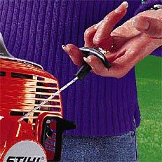 ErgoStart: Starten wird jetzt noch leichter. Beim neuen ErgoStart ist zwischen der Seilrolle der Anwerfvorrichtung und der Kurbelwelle eine zusätzliche Spiralfeder geschaltet, die gegen den Verdichtungsdruck am Kolben aufgezogen wird. Ist die Federkraft größer als der Verdichtungsdruck, dreht die Kurbelwelle durch und der Motor springt an. Der Anwender startet die Maschine bequem ohne störende Kraftspitzen.