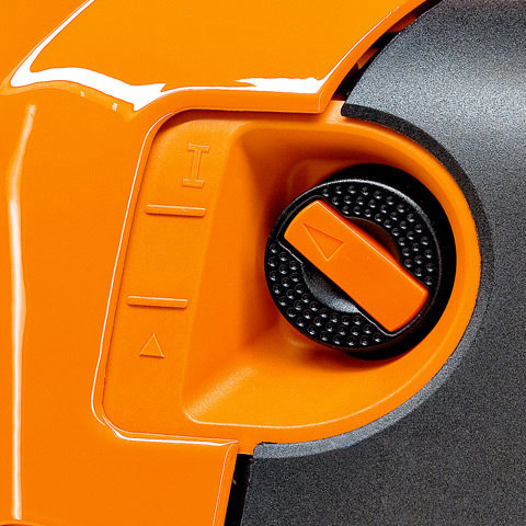 Startklappenhebel (M-Tronic)  Dank M-Tronic müssen Sie nichts über Kalt- oder Warmstart wissen. Mit M-Tronic gibt es nur noch eine Startposition am Startklappenhebel. Das System erkennt Kalt- oder Warmstart automatisch und berechnet elektronisch die exakte Kraftstoffmenge. Sie starten mir weniger Anwerfhüben und können sofort Vollgas geben. Bei Betätigen des Gashebels springt der Startdrehschalter automatisch in die Betriebsstellung zurück. (Abb. ähnlich)