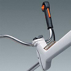 Werkzeuglose Griffeinstellung: Der ergonomische Mählenker lässt sich mit Hilfe eine Knebelschraube werkzeuglos individuell für den jeweiligen Anwender einstellen (Abb. zeigt Freischneidegerät).