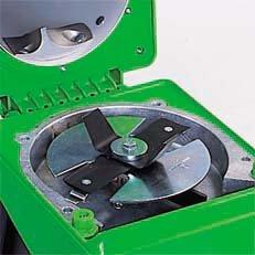 Multi-Cut 350: Bestehend aus Flügelmesser, Wendemesser und gezahnter Turboscheibe mit integriertem Auswerfer. Das Multi-Cut 350 kann sowohl Pflanzenreste häckseln als auch Astmaterial schnitzeln.