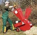 """""""Rein - durch und weg"""" Die meisten Gartenabfälle und Buschwerk können ohne Vorarbeit direkt verarbeitet werden.  Hohe Leistung mit wenig Zeitaufwand."""