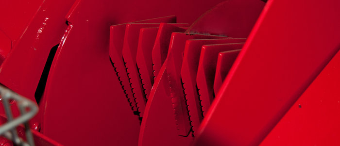 Klingenhammerwerk -  Extra starke, aus Spezialstahl gefertigte Hammerklingen garantieren sehr gute Häckselarbeit und lange Standzeiten. An einer schweren Rotorscheibe (nicht sichtbar) sind standfeste Schnitzelmesser angebracht.