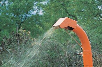Zielsicher wird das klein geschnitzelte Astgut in die gewünschte Richtung befördert. Durch den höheneinstellbaren und um 270° drehbaren Hochauswurf kann das Häckselgut gezielt z.B auf einen Anhänger geladen werden.