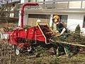 """""""Rein - durch und weg"""" Durch den großen Einzugstrichter und seinen hydraulischen Einzug kann der GHX-CH1000 bequem """"gefüttert"""" werden. Selbst kleine Baumstämme, bis 11 cm Durchmesser verarbeitet der ECHO-Holzschnitzler ohne Mühe.  Hohe Leistung mit wenig Zeitaufwand.  Flott und wendig ist der GHX-CH1000, da er auf einem schmalen Zugwagen aufgebaut ist. Mit seinen 91 cm Transportbreite kann er durch jede Standard-Gartentür oder entlang von Böschungen eingesetzt werden."""