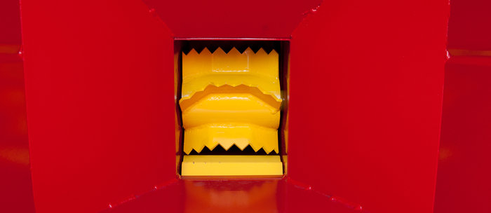 hydraulischer Zwangseinzug -  Vor allem beim Beschicken von Gestrüpp erleichtert der hydraulische Zwangseinzug die Arbeit. Die Einzugswalze stellt sich auf unterschiedliche Aststärken ein. Vorwärts- und Rückwärtsgang werden mit einem einfachen Handhebel bedient.