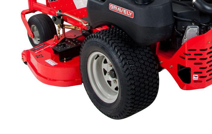breite Rasenbereifung -  Die bereite Rasenbereifung reduziert den Anpressdruck und verhindert ein Aufreißen der Grasnarbe.