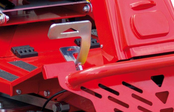 komfortable Pedalsteuerung -  Der Fahrantrieb lässt sich bequem über ein Fußpedeal steuern, somit sind die Hände frei und können zum sicheren fahren, oder bedienen der Differentialsperre benutzt werden.