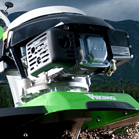 Kohler OHV-Motor mit SmartChoke  Viertakt-Motor mit moderner OHV Technologie. Geschmiedete Kurbelwelle und gußeiserne Zylinderbuchse sind zusätzliche Merkmale, die eine lange Lebensdauer garantieren. Das Smart-Choke System ermöglicht zudem einen einfachen und zuverlässigen Startprozess.