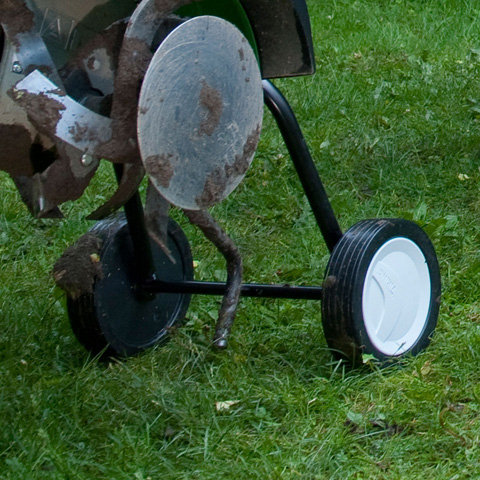 2 Transporträder  Die großen VIKING Motorhacken verfügen zum Transport über ein heckseitiges Räderpaar, das zum Arbeiten hochgeklappt wird.