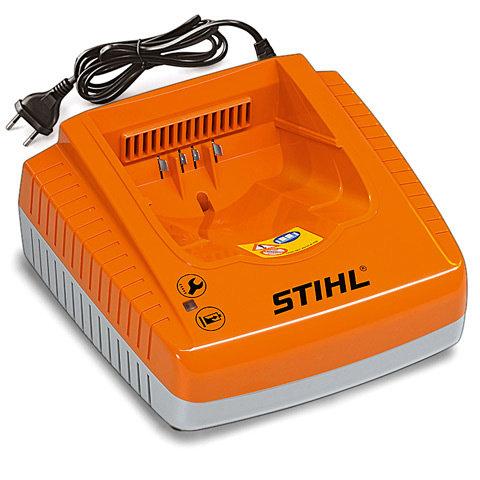 AL 300 Schnellladegerät  230 V. Für STIHL Akkus AP und AR. Vorrichtung im Gehäuseboden zur Wandbefestigung und Kabelaufwicklung, mit Betriebszustandsanzeige (LED) und aktiver Akku-Kühlung.