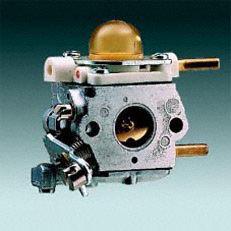 Manuelle Kraftstoffpumpe: Mit der manuellen Kraftstoffpumpe lässt sich auf Daumendruck Kraftstoff in den Vergaser fördern. Dadurch wird nach einer längeren Betriebspause der Maschine die Zahl der Anwerfzüge reduziert.