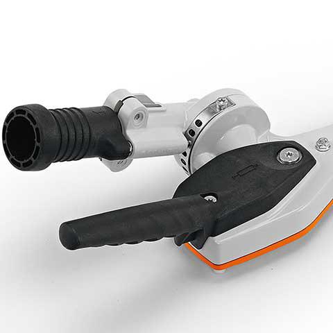 Schnellverstellsystem 145°  Der Messerbalken lässt sich stufenweise um bis zu 145° in zwei Richtungen einstellen und kann für den Transport parallel zum Schaft eingeklappt und arretiert werden (Transportstellung).