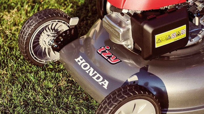 Einstellung der Schnitthöhe  Mit dem IZY kann die Schnitthöhe des Rasens problemlos eingestellt werden, indem das Mähdeck mit der präzisen Steuerung gesenkt oder angehoben wird.