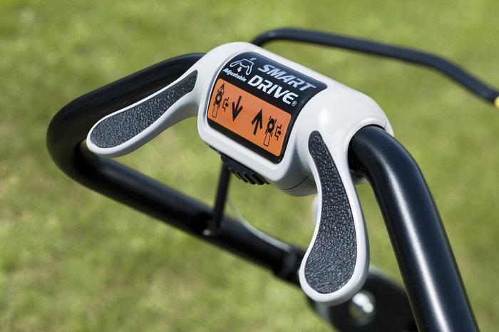 Smart Drive: stufenlose Geschwindigkeitsregulierung per Daumendruck. Ergonomischer Schmetterlingshebel am Holm an Handstellung anpassbar.